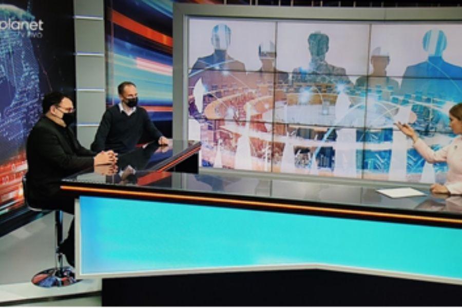 Miloš Čirič je v oddaji Planet 18 dejal, da ima gibanje Povežimo Slovenijo možnost, da na volitvah pride čez 20 %. Vir slike: Posnetek zaslona Planet TV.