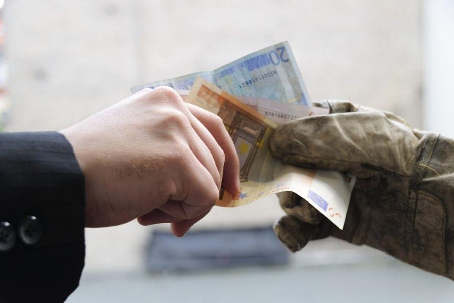 Mednarodna organizaicija dela opozarja, da je v mnogih delih sveta prekomerno delo povezano z nizkimi plačami. Vir slike: Thinkstock.