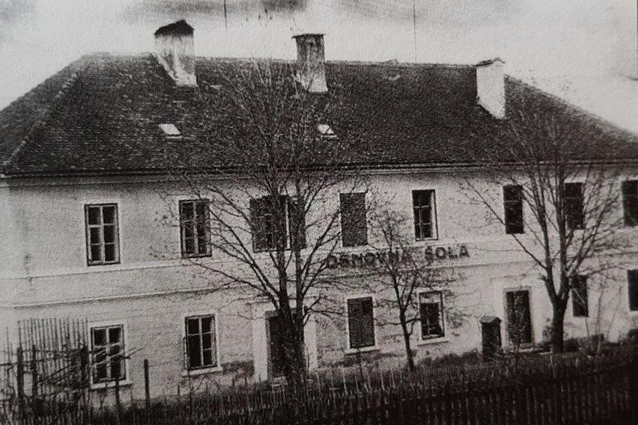 Osnovna šola v Oplotnici, okoli 1920. Vir slike: Novice.