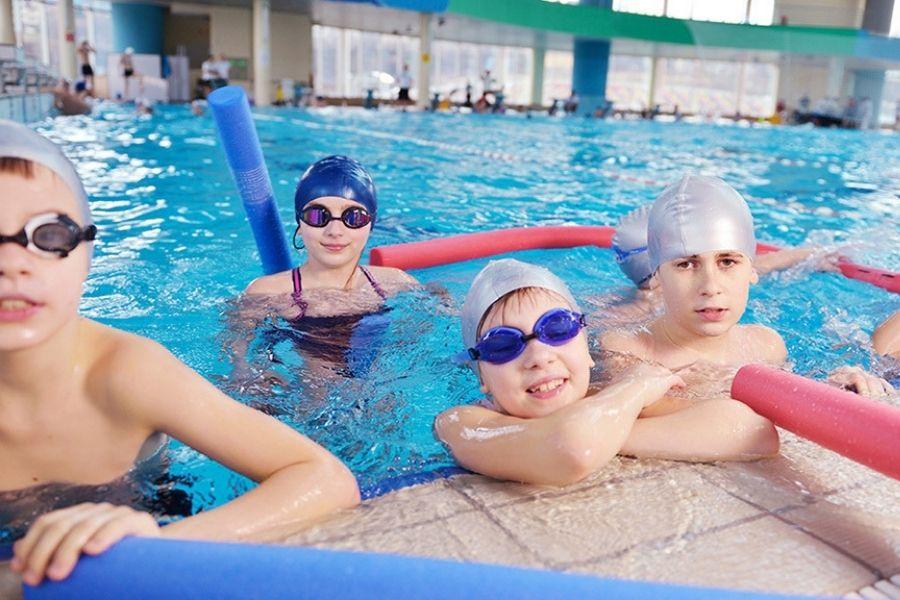 Ponovno se uvajajo plavalni tečaji za vrtce in osnovne šole: v mehurčkih in ob upoštevanju priporočil NIJZ. Vir slike: Timeout.