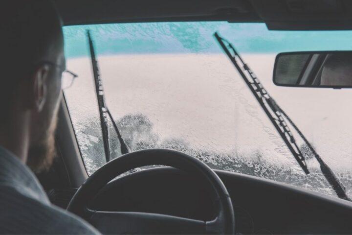 Ali veste, na kaj vse morate biti pozorni pri vožnji v dežju?