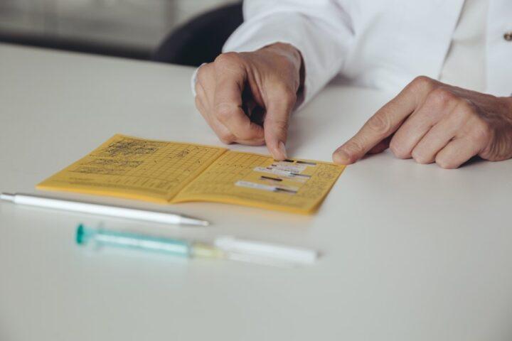 Ali lahko prideš do potrdila o cepljenju proti covidu-19, ne da bi se cepil?