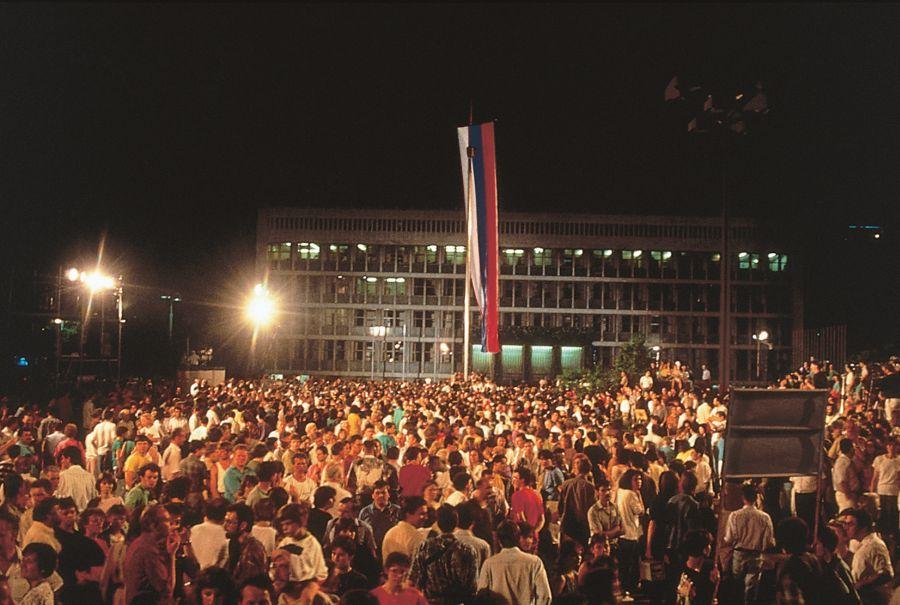 Ob 30. obletnici naše države se zdi, da je politično delovanje doseglo dno. Morda v tem ni nič tragičnega, kajti ko dosežeš dno nižje ne moreš.