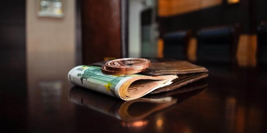 Po vsej verjetnosti vaš dolg ni nastal, ker imate preveč denarja, ampak ravno nasprotno, a vseeno, če imate možnost, dolg, skupaj z obrestmi in stroški izvršbe, poravnajte v 8-dnevnem roku, dokler sklep o izvršbi ne postane pravnomočen.