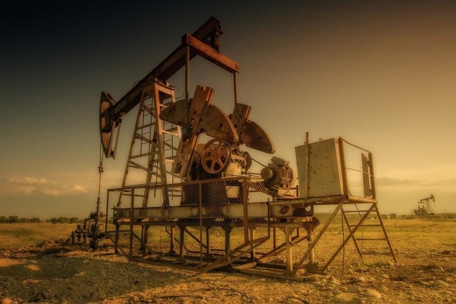 Cene nafte oziroma »petroleja« so na svetovnem trgu v tistem času pričele upadati. Posebno v Ameriki se je stopnja proizvodnje nafte povečala nad stopnjo izvoza oziroma porabe.