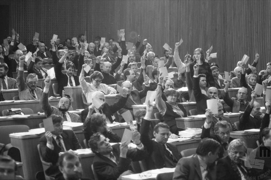 Ustavo je takratna skupščina sprejela pol leta po osamosvojitvi. 23. decembra 1991 so takratni delegati (poslanci) sprejeli Ustavo Republike Slovenije, s čimer je bila tudi pravno »zapečatena« slovenska osamosvojitev.