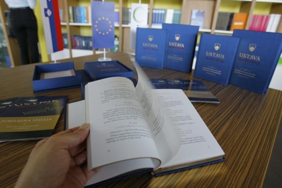 Ko govorimo o slovenski ustavi in v zvezi z njo tudi o slovenski osamosvojitvi, ne smemo mimo dejstva, da je ena izmed ključnih točk slovenske osamosvojitve uresničena pravica slovenskega naroda do samoodločbe.