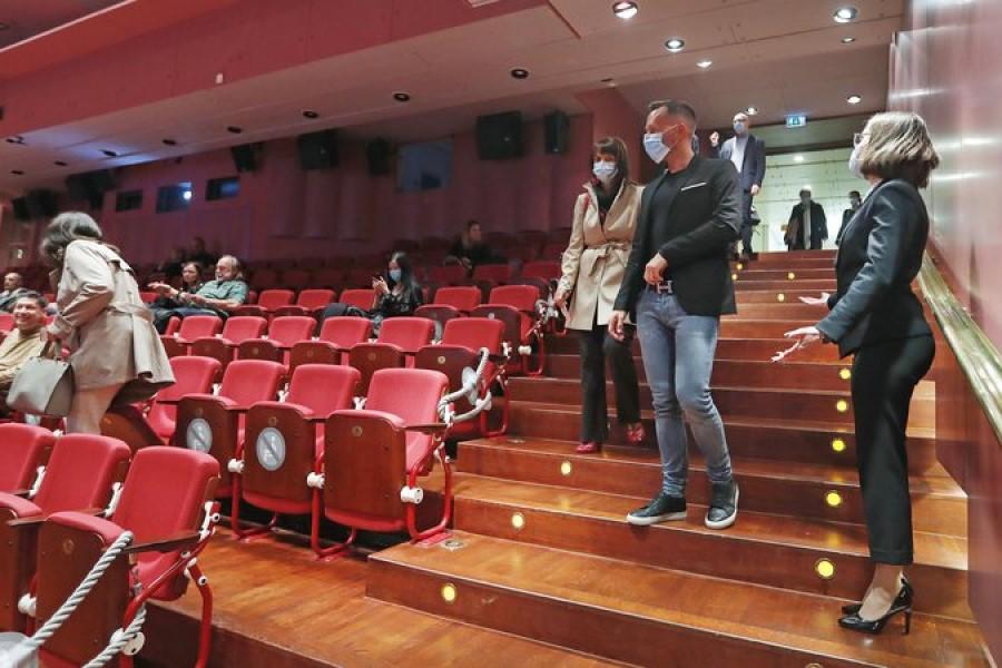 Obiskovalci javnih kulturnih prireditev v zaprtih javnih prostorih in na prostem bodo odslej lahko zasedli do 75 % razpoložljivih fiksnih sedišč.