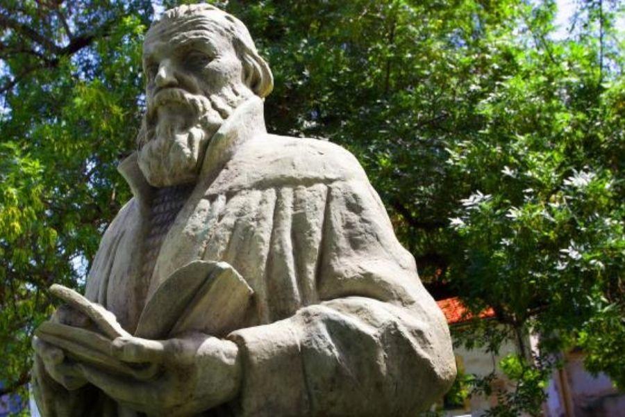 Doprsni kip Primoža Trubarja, delo Borisa Kalina, stoji v parku izza cerkve sv. Maksimilijana v Celju. Primož Trubar je bil v tej cerkvi nekaj časa kaplan in beneficiat. Vir slike: Celje.