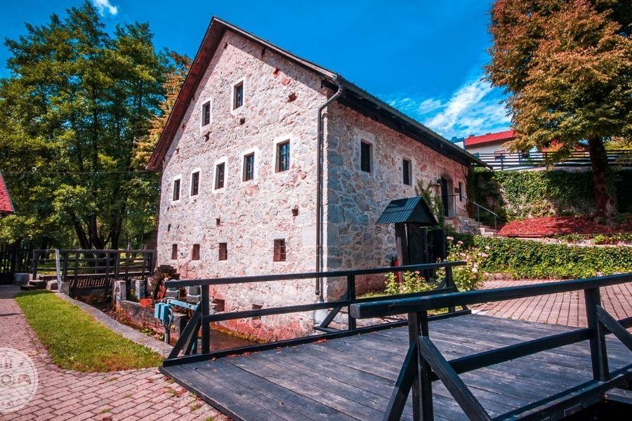Rojstna hiša Primoža Trubarja na Raščici. Vir slike: Falajfl.