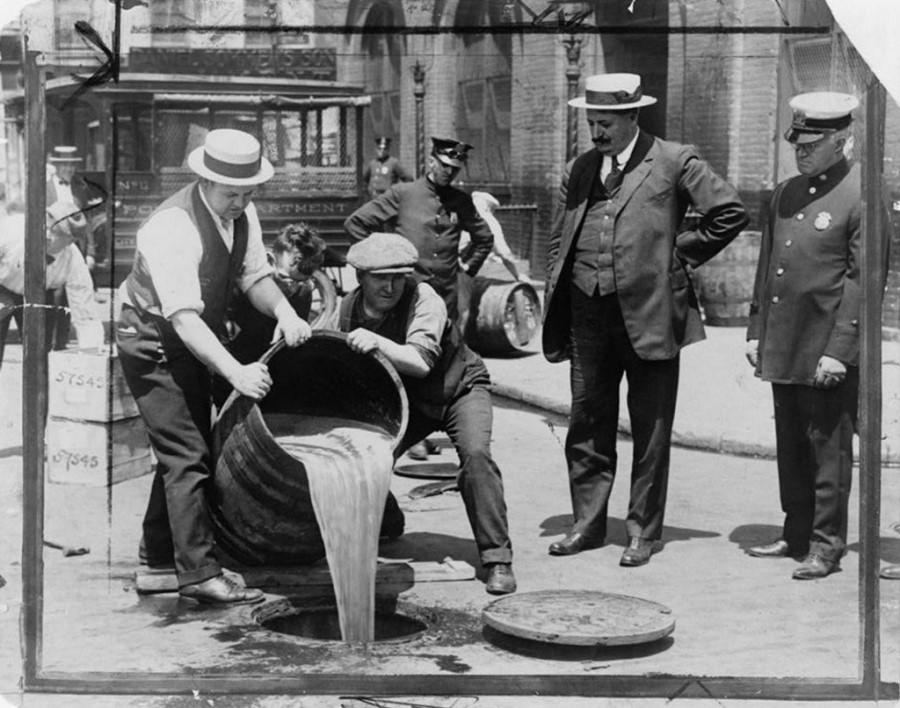 V tistem času so se predvsem v ameriškem mestu New York »vršile« velike demonstracije proti takrat novemu zakonu o prepovedi alkohola. Na tisoče demonstrantov je vztrajalo pred mestno hišo.