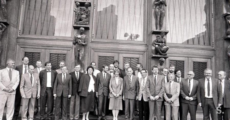 Šele septembra 1990 je bilo uzakonjena pravica do političnega zbiranja, zato so se društva registrirala kot politične organizacije. Stranke so se 4. decembra 1989 združile v Demokratično opozicijo Slovenije (Demos).