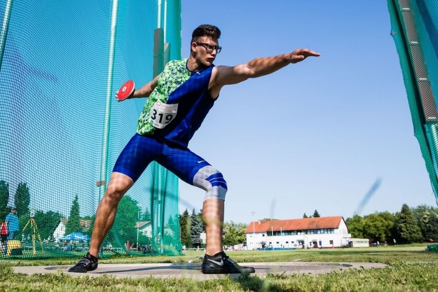 Kristjan Čeh med metom diska. Vir slike: Sport-tv.