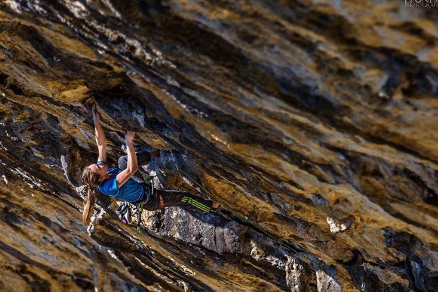 Janja Garnbret zelo rada pleza tudi v naravnih stenah.