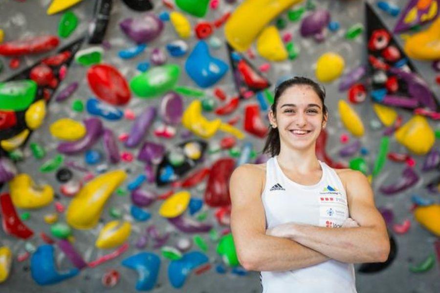 Mia Krampl je svetovna podprvakinja v težavnostnem plezanju.