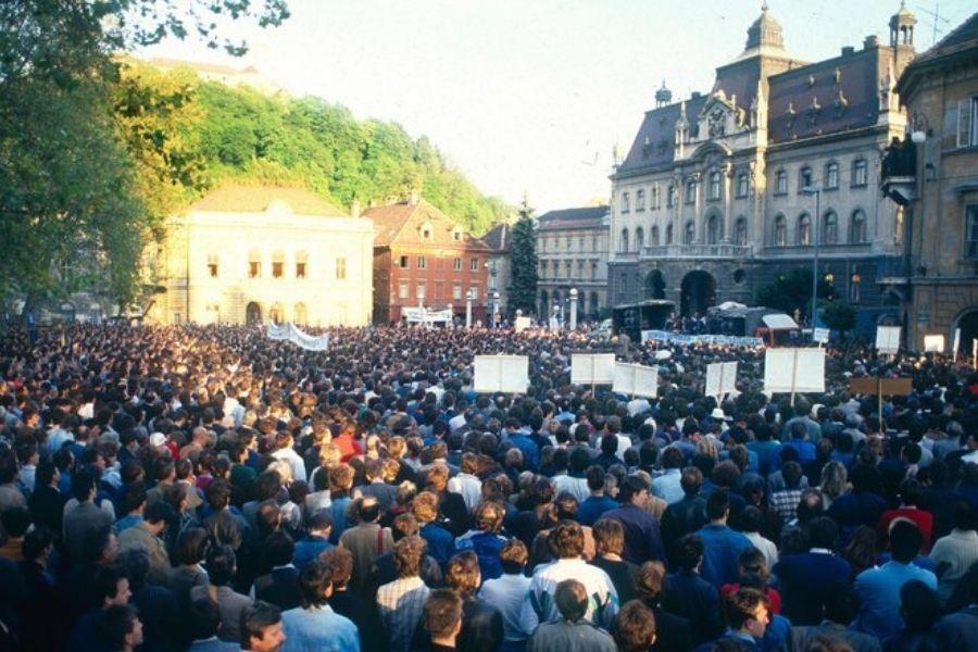 Več kot 30.000 ljudi je na Kongresnem trgu v Ljubljani 8. maja 1989 prisluhnilo Majniški deklaraciji