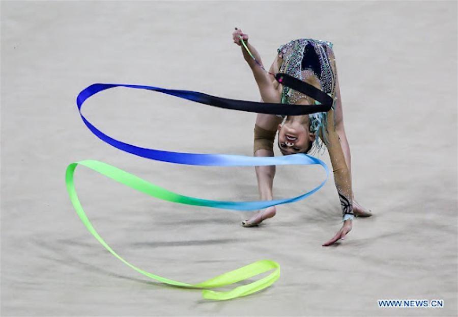Ritmična gimnastika je mešanica športa in umetnosti.