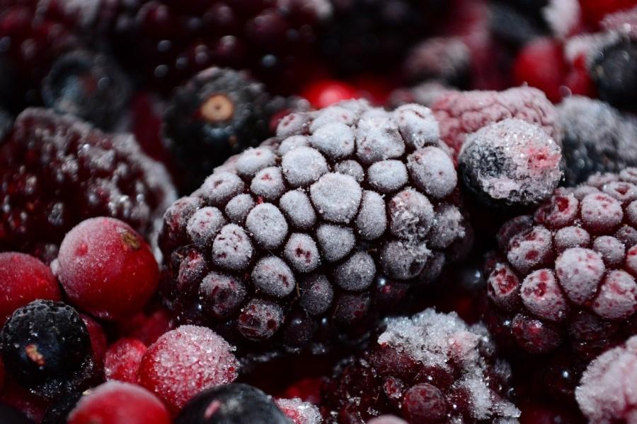 Zamrzovanje hrane, kot je jagodičevje, podaljša rok uporabe.