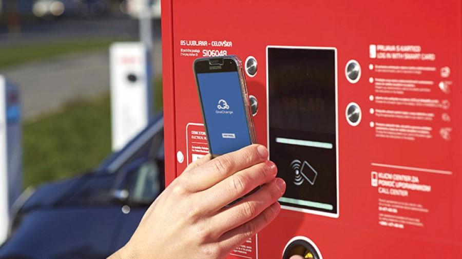 Avtomobil lahko najhitreje napolnite na javnih električnih polnilnicah, ki se običajno nahajajo na bencinski črpalki. Take polnilnice uporabljajo izjemno močan električni tok, zato lahko avtomobilsko baterijo napolnite v zgolj 30 minutah.