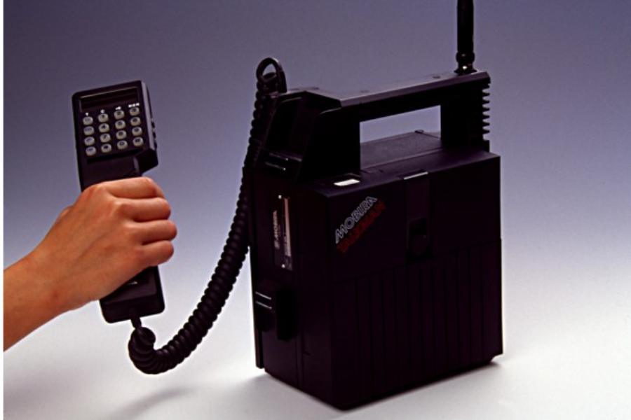 Nokia je izdala telefon Mobira Talkman, ki je bil oglaševan kot prvi pravi mobilni telefon, saj so ga ljudje lahko vzeli tudi iz avta ven. Težava je bila, ker je bil težek približno 5 kilogramov.