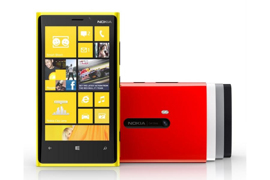Nokia se je močno borila z raznimi ukrepi, kot so bili imenovanje novega direktorja in strateško partnerstvo z Microsoftom. Slednje je tudi rodilo nove modele telefonov – Lumia 800 in Lumia 710.