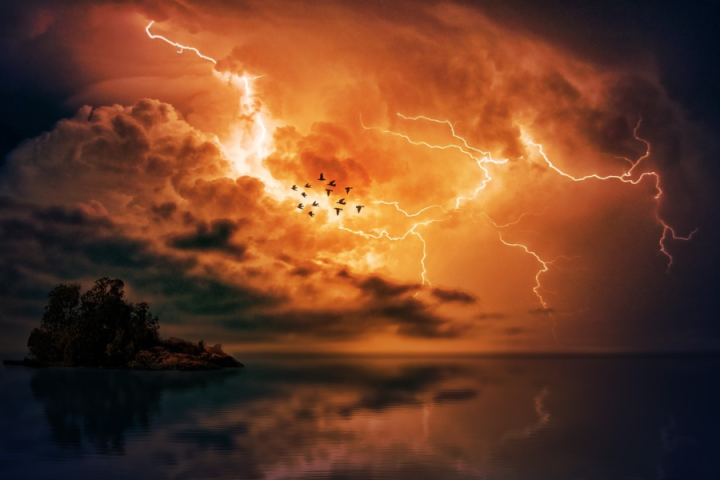 Pravilno ravnanje ob nevihtah in neurjih