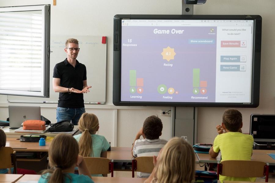 Veliko vlogo pri spreminjanju takratnega šolskega sistema je imel tudi hiter razvoj v tehnologiji.