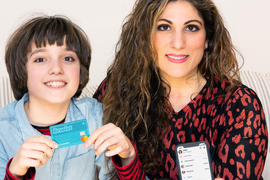 Z Junior računom pride Junior kartica in posebna aplikacija, ki si jo otrok lahko naloži na svoj telefon. Starši lahko otroku v trenutku nakažejo denar ter blokirajo ali aktivirajo kartico kadarkoli in kjerkoli.