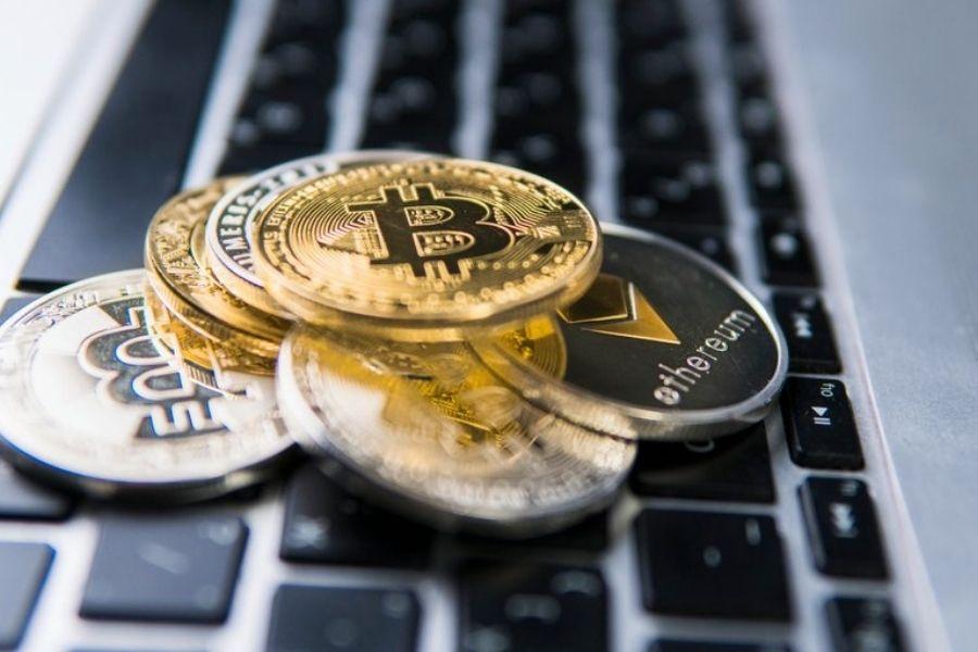 V okviru finančnih storitev bo pomembno usklajevanje zakonodajnih predlogov s področja digitalnih financ vključujoč zakonsko urejanje trga kriptoimetij. Vir slike: Dreamstime.