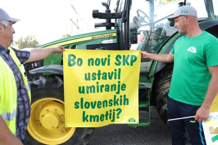 Na Agri v Gornji Radgoni so kmetje s protestom izrazili nestrinjanje s predlogom petletnega strateškega načrta skupne kmetijske politike. Vir slike: Delo. Foto: Mediaspeed.net.