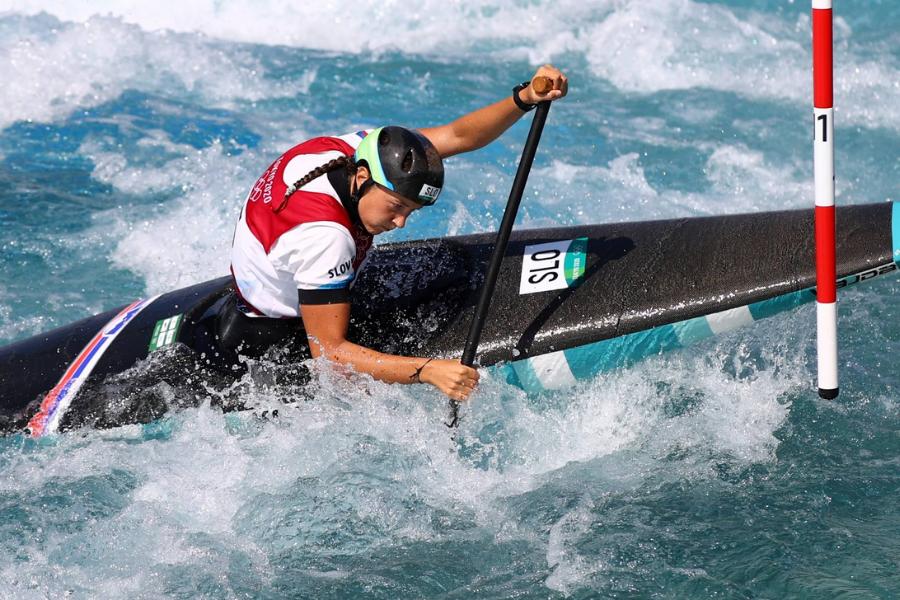 Alja Kozorog je Slovenijo zastopala v enaki disciplini, torej C-1 slalom - ženske.