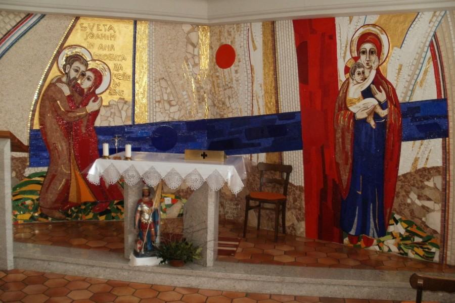 Devica Marija  z Jezusom v naročju in Sv. Joahim v objemu z Ano na tem Rupnikovem mozaiku pričata o moči kmečke družine