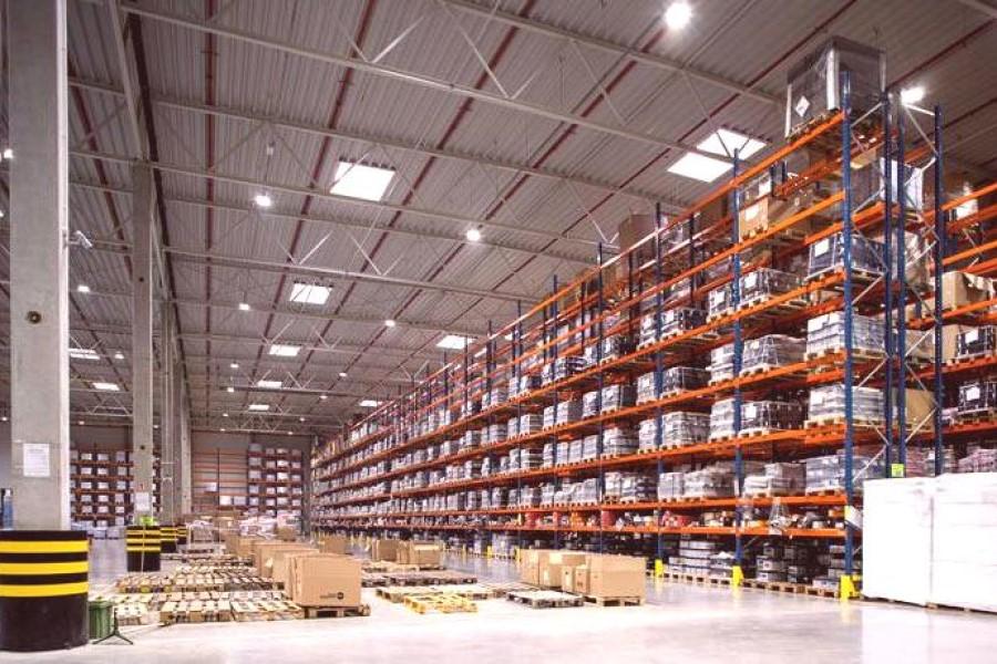 Mnogi dobavitelji sporočajo, da imajo skladišča prazna, »robo«, ki so jo naročili že lani, še vedno čakajo.