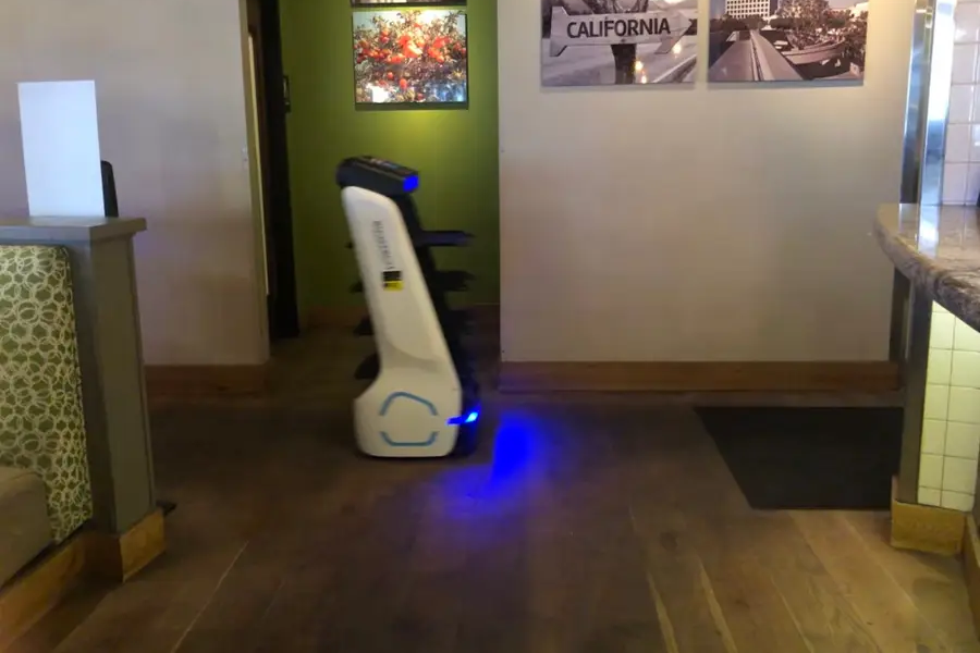 Na julijski večer so med mizami ene izmed restavracij samostojno švigala dva robota, ki sta po poročanju izgledala kot dva malo bolj napredna robotska sesalnika.