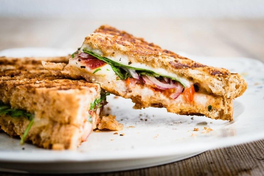 Popečen caprese sendvič