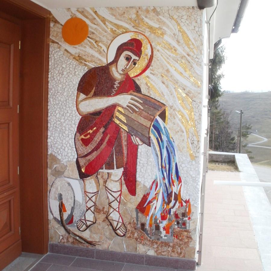 Mozaik Sv. Florjana je ena od umetnin patra Marka Ivana Rupnika v tej skromni vaški cerkvici