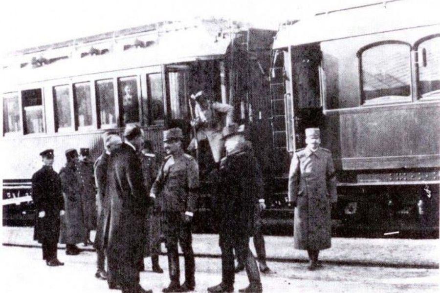Posnetek prikazuje prihod kralja Aleksandra. 28.decembra 1921 je v Kamnik pripotoval z vlakom. Vir slike Facebook stran Grem z vlakom.