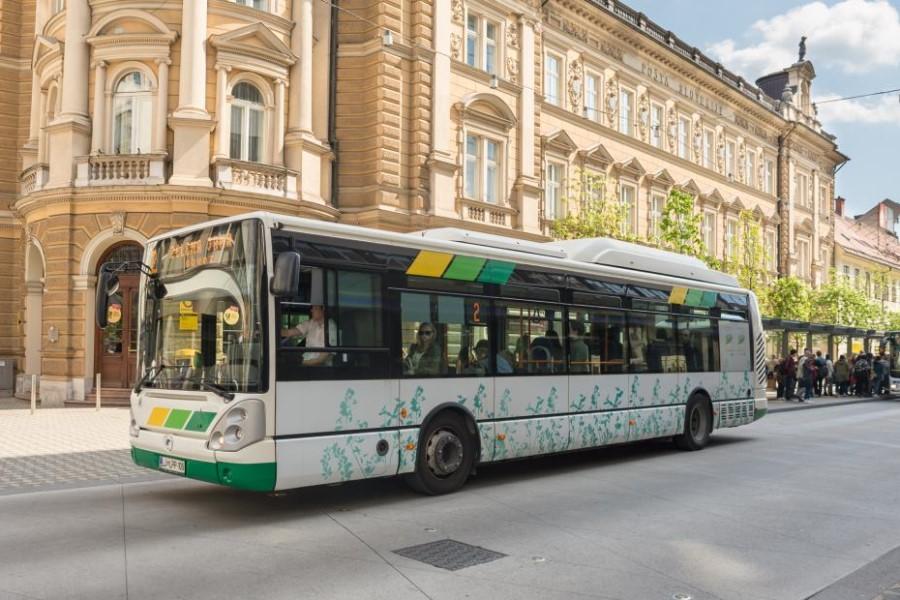 Uporaba javnega prometa veliko je bolj trajnostna kot uporaba avtomobila.