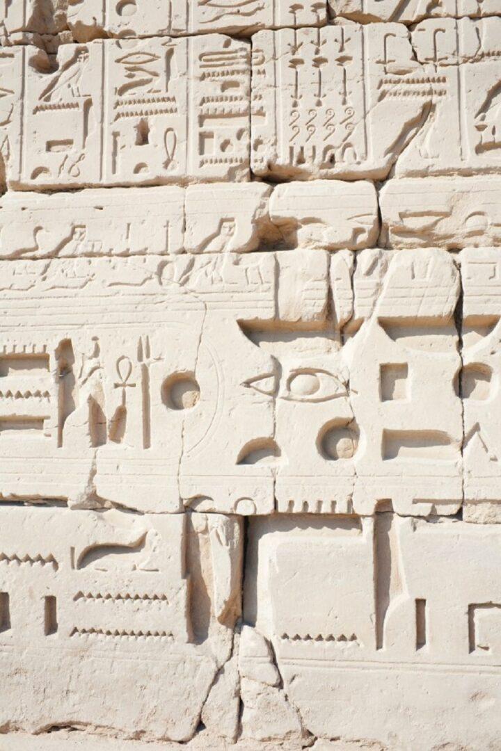 Hieroglifi na steni v Luksorju v Egiptu. Vir slike: Freepik.