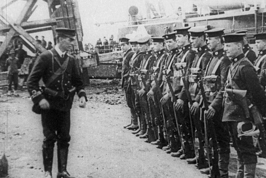 Iz Indije so prihajale novice o eni izmed najhujših vstaj do takrat. Danes vemo, da so se nemiri v Indiji začeli že takoj po prvi svetovni vojni in se končali po drugi svetovni vojni z Indijsko neodvisnostjo od Britanskega imperija.