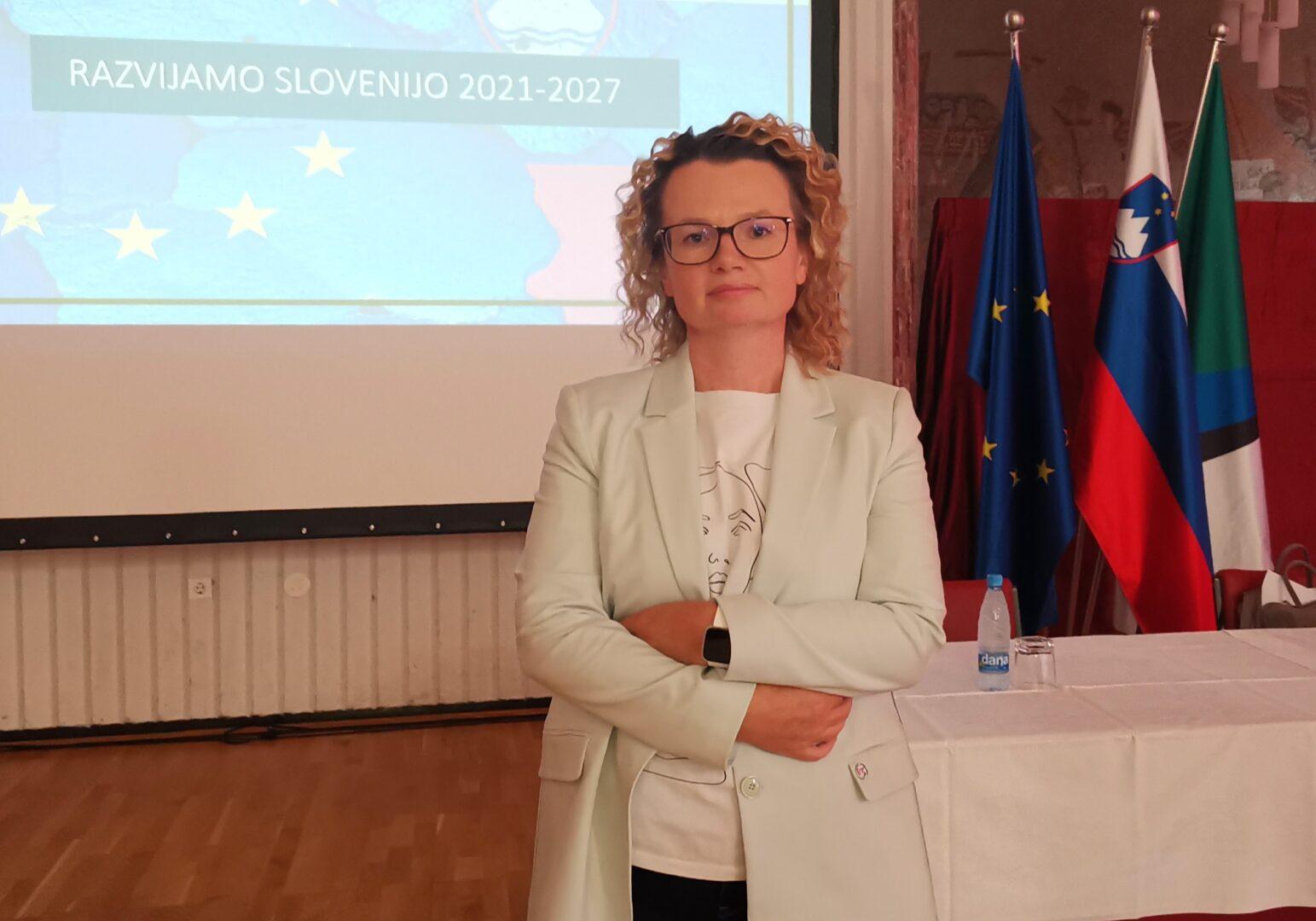 Država sekretarka Službe Vlade Republike Slovenije za razvoj in evropsko kohezijsko politiko iz vrst Slovenske ljudske stranke mag. Monika Kirbiš Rojs.